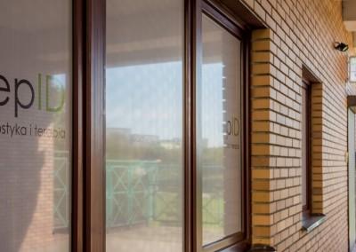 Okna gabinetu Hepid, gdzie nasi specjaliści pomogą Ci uporać się z HCV, boreliozą lub chorobami wątroby.