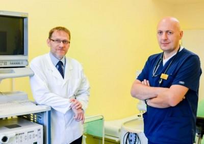 Doktor Tomasiewicz i doktor Kiciak specjalizujący się w leczeniu HCV, boreliozy oraz chorób wątroby w gabinecie w Lublinie.