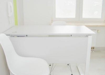 Białe biurko i krzesło w Hepid Lublin, gdzie przyjmujemy pacjentów chorujących na HCV lub boreliozę.
